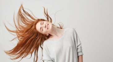 Junge Frau mit gesunden Haaren
